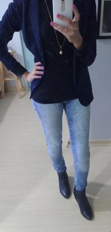 Pegada rocker de skinny + camiseta e blazer alongada + bota salto médio
