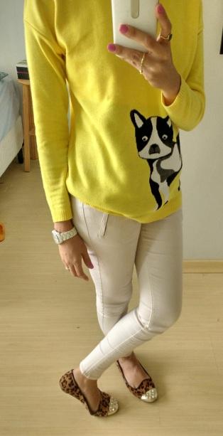 Quarta: Calça bege + trico divertido + slipper de print felino