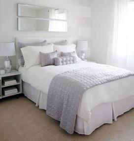 cama-com-roupas-branca-e-lilas