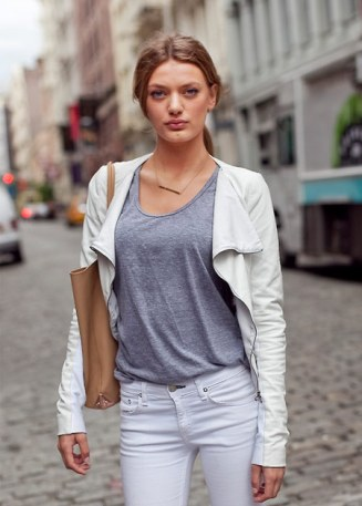 camiseta-mescla-jaqueta-couro-branca