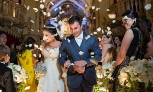 Noivos-saindo-da-igreja-Casamento-Marcelle-Chequer-e-Leonardo-Teixeira-foto-fabio-ferreira-fotografia