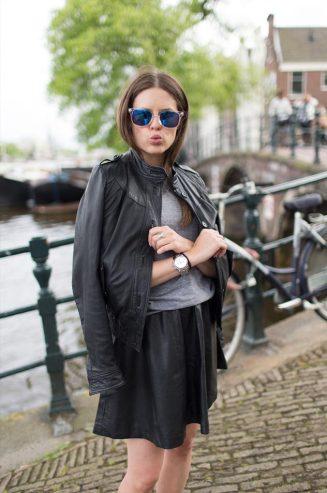 oculos-espelhado-azul-looks-camiseta-mescla-looks-jaqueta-de-couro-preta