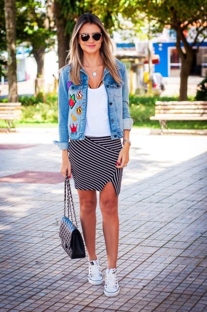 patch-jeans-bordado-look-streestyle-jaqueta-saia-listrada-tenis-branco