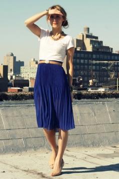 blusa-branca-saia-plissada-azul-escura