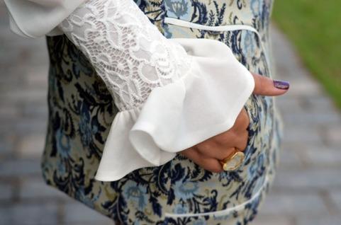 camisa-branca-de-babados-e-renda-mini-saia-estampada