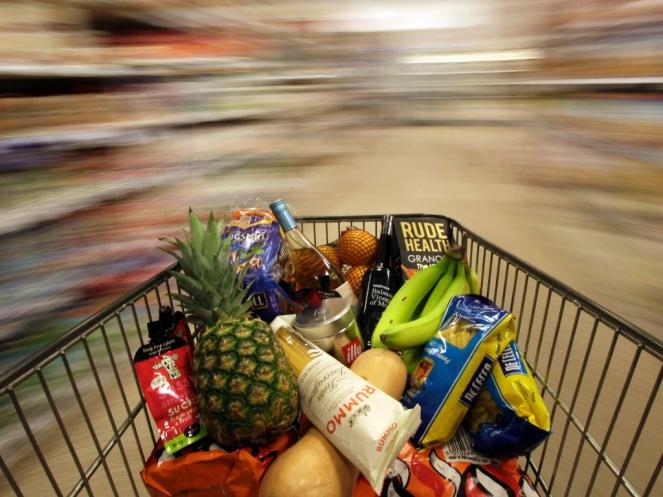 19mai2015---carrinho-com-compras-e-empurrado-por-supermercado-de-londres-na-inglaterra-1432301161625_1024x768