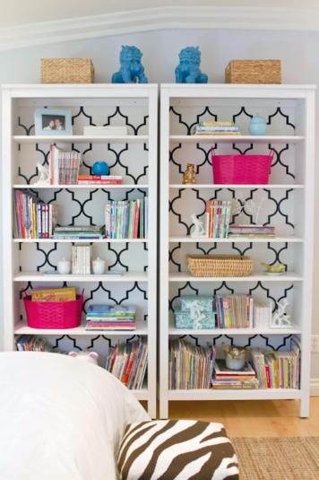 estante branca com papel de parede e objetos coloridos