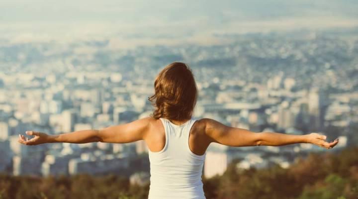 frases-motivacionais-mulher-motivada-olhando-cidade